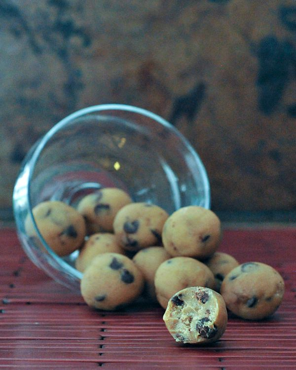 Raw Chocolate Chip Cookie Dough Truffles @spabettie